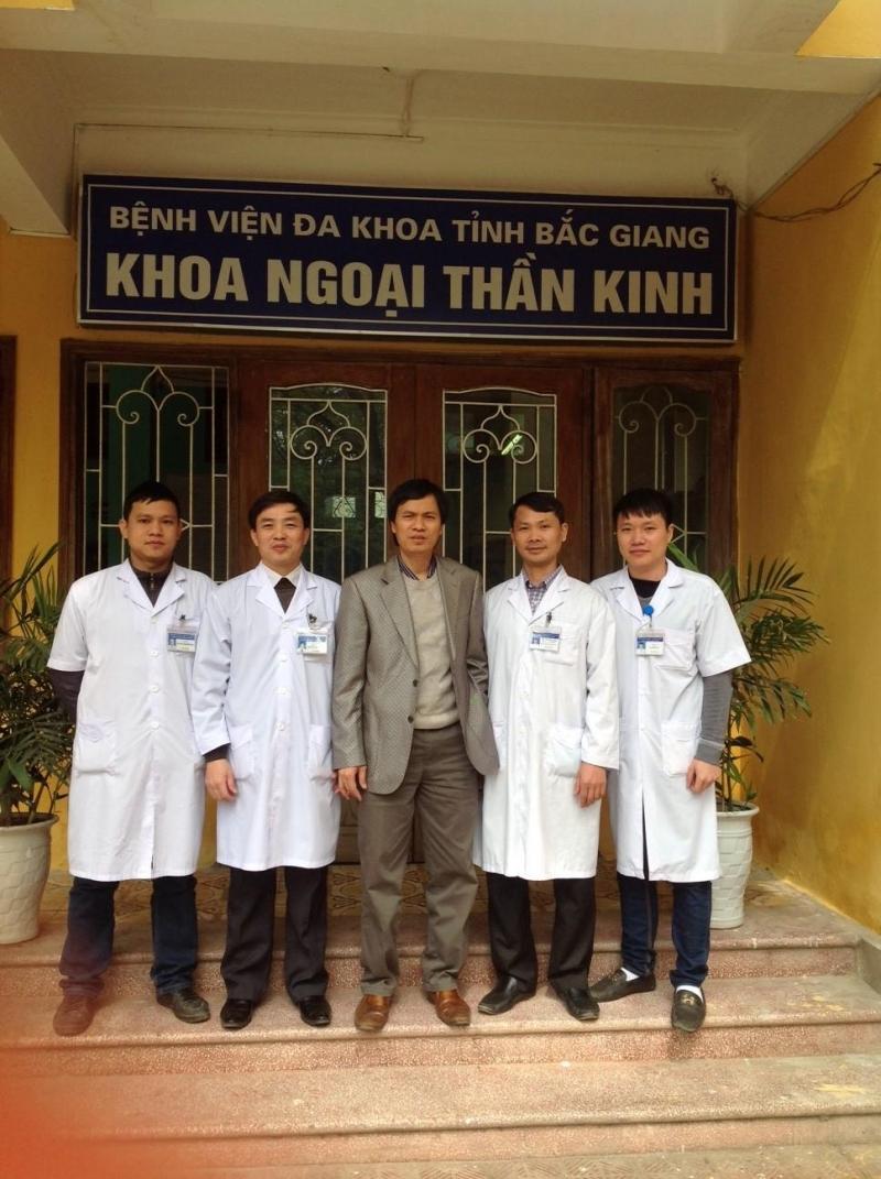 Phó giáo sư, Tiến sĩ Đồng Văn Hệ thăm các bác sĩ tại Khoa Ngoại thần kinh tại Bắc Giang