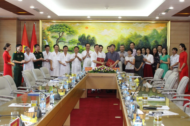 Các bác sĩ của bệnh viện Việt Đức trong buổi lễ kí kết