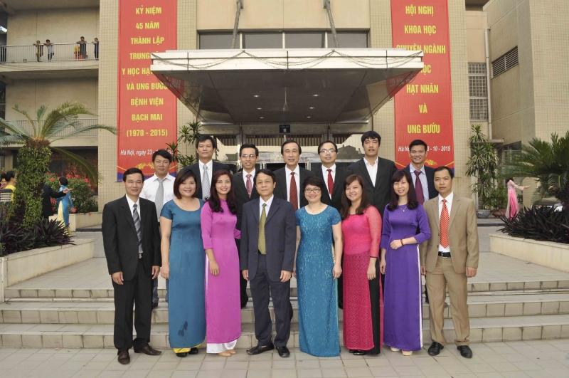 Phó giáo sư, Tiến sĩ Nguyễn Thế Hào chụp ảnh cùng các bác sĩ của Khoa Phẫu thuật Thần kinh-Bệnh viện Bạch Mai