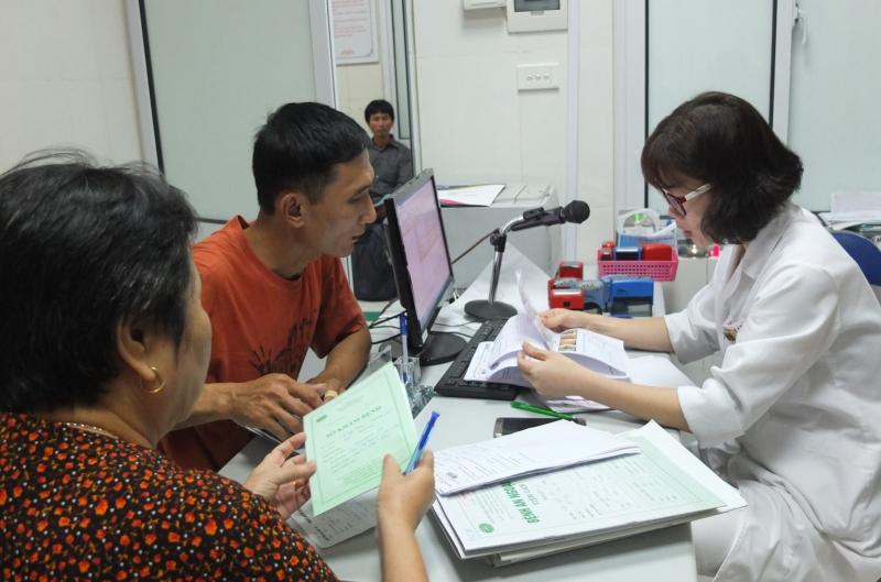 Bác sĩ Ninh Thị Ứng thăm khám cho bệnh nhân