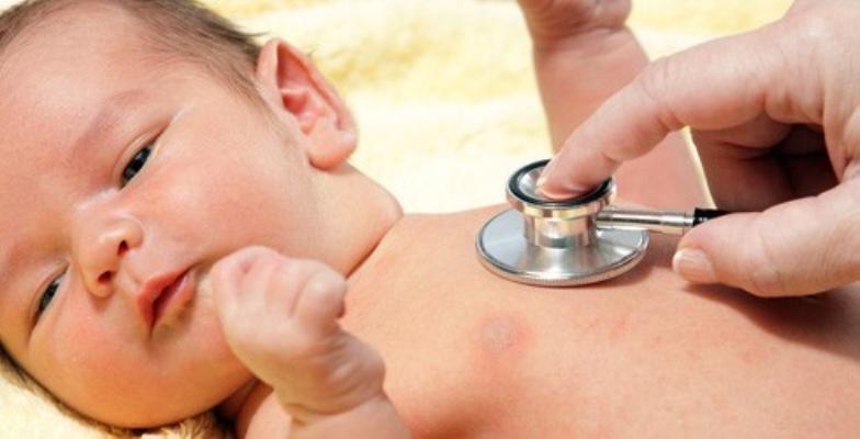 Bác sĩ Thắng còn hướng dẫn cách chăm sóc trẻ sơ sinh tại nhà: tắm cho bé, chăm sóc da, mũi, mắt... theo hướng dẫn quốc gia về chăm sóc sơ sinh