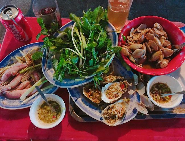 Khi đến đây, bạn có thể gọi đủ các loại hải sản từ bình dân đến vương giả như: ốc, ngao, tôm hùm, bào ngư, bề bề.