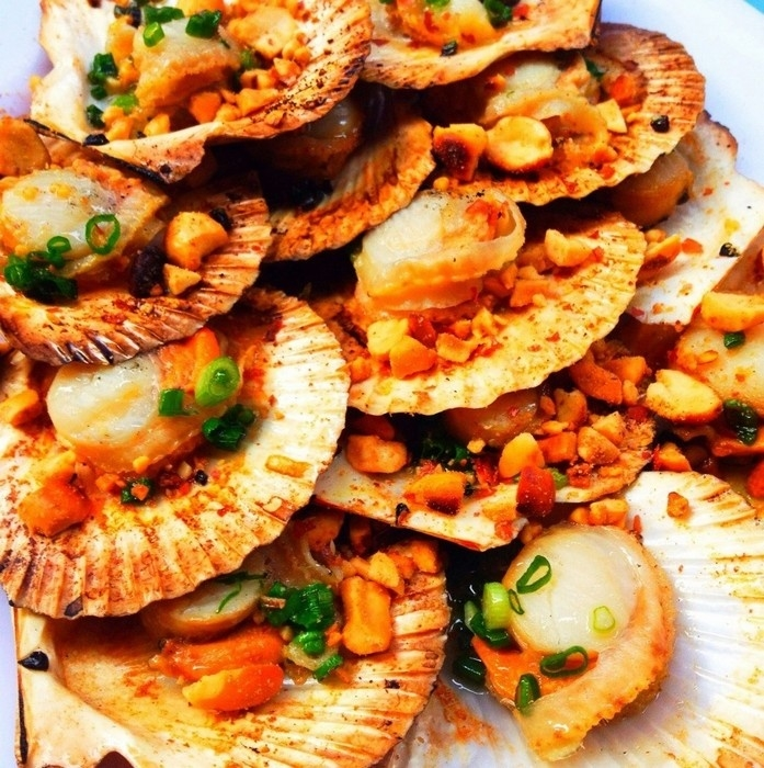 Món sò điệp nướng trên phố hải sản Tháp Bà