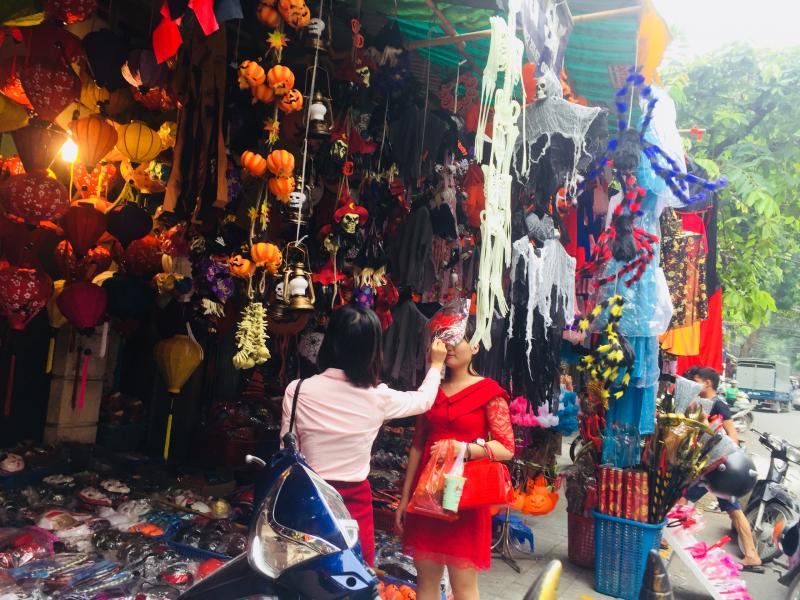 Phụ kiện trang trí, mặt nạ ngập tràn hai bên đường phố Hàng Mã mỗi dịp lễ Halloween
