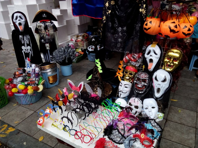 Phố Hàng Mã nơi các bạn trẻ tha hồ lựa chọn những món đồ yêu thích cho Halloween