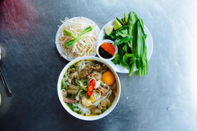 Phở Hồng Giang hấp dẫn người ăn là bởi bánh phở mềm mà không nát, nước dùng thơm ngọt không lẫn tạp vị mì chính, thịt bò mềm, gầu bò giòn, gia vị đầy đủ chuẩn công thức gia truyền