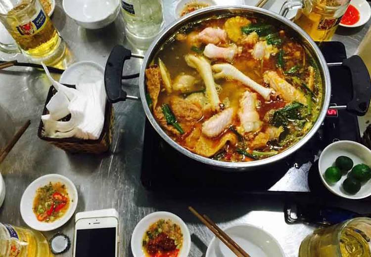 Phố Phùng Hưng từ lâu đã trở thành một điểm hẹn lý tưởng đối với những vị khách yêu thích món ăn này.