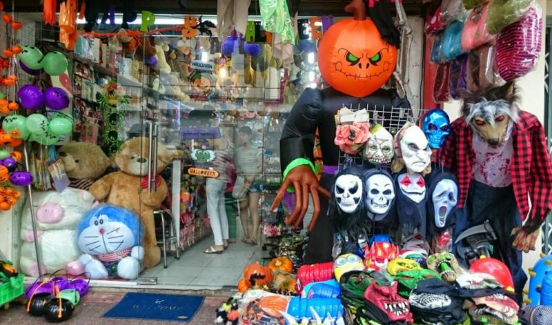 Phố Lương Văn Can mỗi dịp Halloween