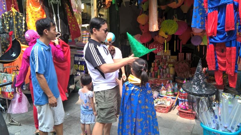 Phố Lương Văn Can cũng là một địa điểm mua sắm thích hợp