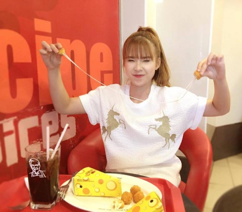 Khởi My thưởng thức phô mai viên KFC