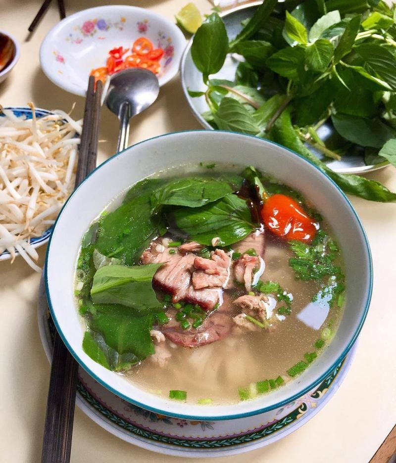 Phở Minh có chỗ để xe khá rộng rãi nên người đến ăn rất đông nhưng rất thuận tiện.