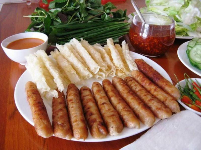 Ăn nem Nha Trang, bạn sẽ cảm nhận được mùi thơm của thịt, vị chua dịu, ngọt, giòn, cay nhẹ quyện lẫn nhau rất thú vị.