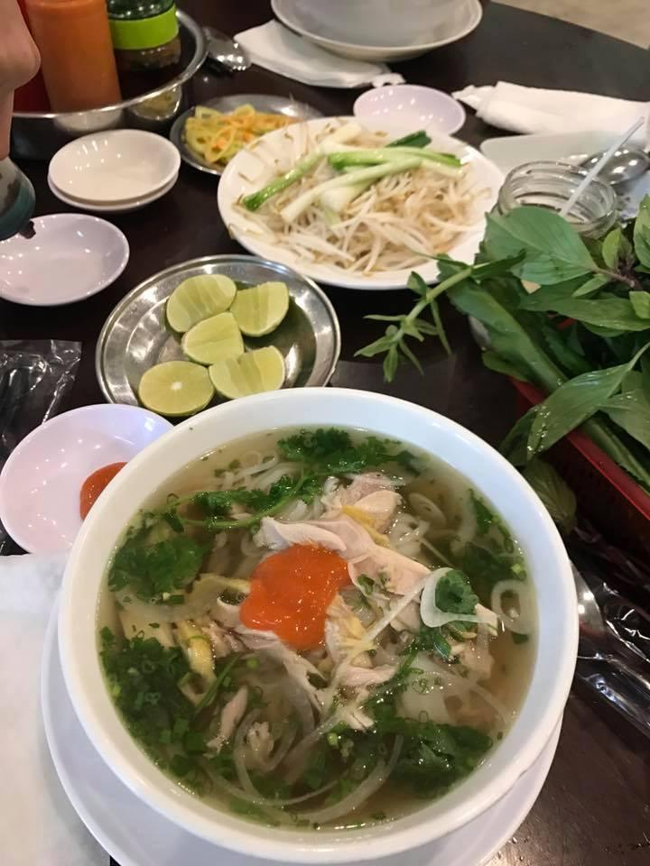 Nước dùng đậm đà, ngọt thanh rất riêng và không bị nồng mùi quế hồi giống mấy quán phở khác chính là điểm nổi bật của quán Phú Hương Cò Lả.