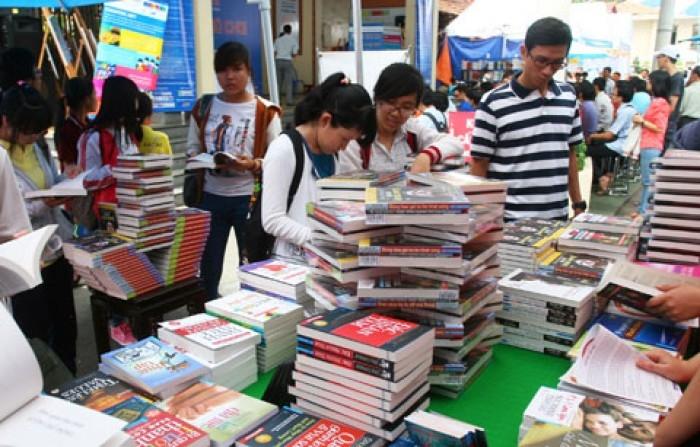 Phố sách Nguyễn Văn Cừ luôn tấp nập những bạn đọc