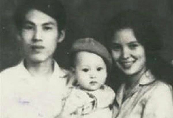 Cố nhà thơ Lưu Quang Vũ cùng con trai Lưu Minh Vũ và người vợ đầu