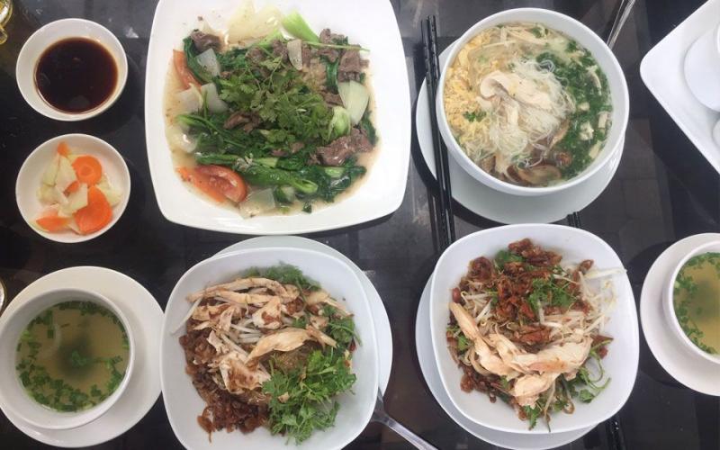Đối với những vị khách sành ăn sẽ nhận ra ngay quán dùng gà ta xé, thớ gà dai, chắc thịt, da gà vàng ruộm.