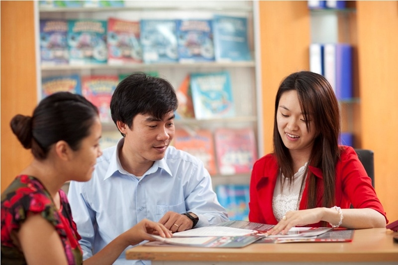 Để trị chứng lười học của con, cha mẹ cần thường xuyên trao đổi với giáo viên.