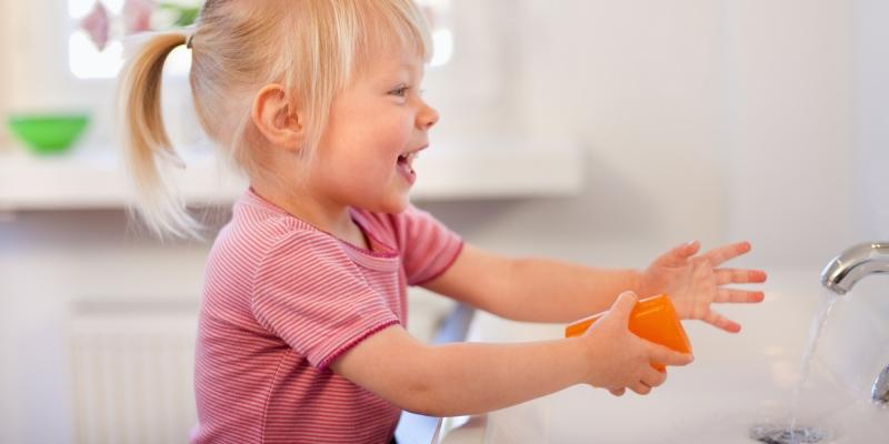 Rửa tay thật kĩ cho trẻ sau khi tiếp xúc với những nơi mất vệ sinh
