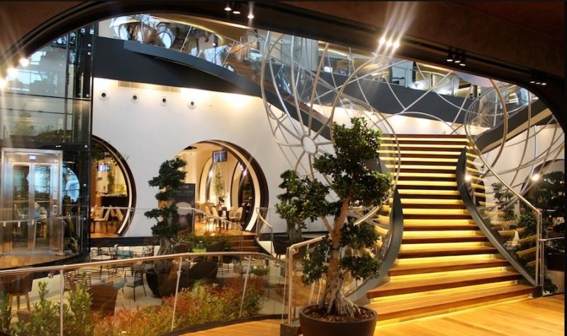 Cầu thang nối liền hai phòng chờ tại sân bay hàng đầu Thổ Nhĩ Kỳ