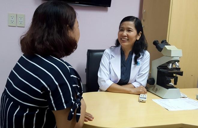 Bác sĩ Dung trò chuyện cùng bệnh nhân