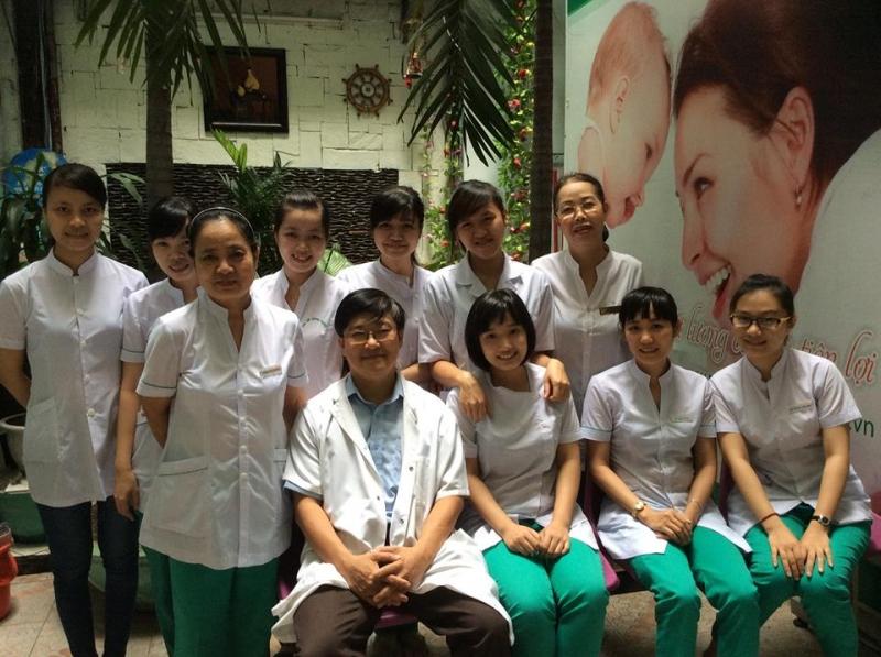 Bác sĩ Nguyễn Hữu Đông và các y tá tại phòng khám