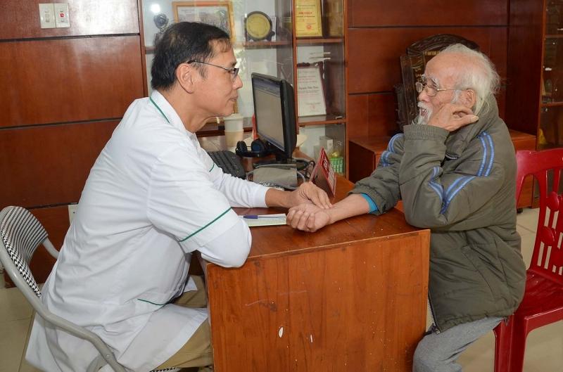 Phòng khám đông y Hồng Tiến với đội ngũ lương y, bác sĩ giàu kinh nghiệm.