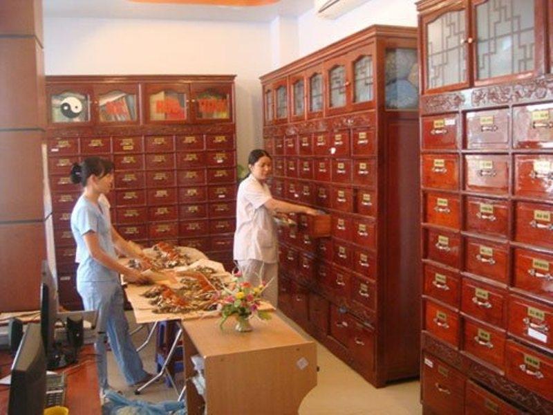 Phòng bốc thuốc và tủ thuốc của ông