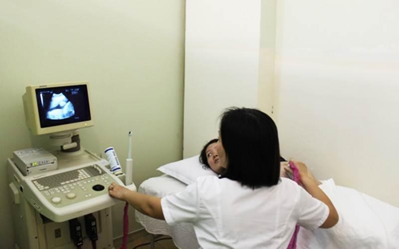 Bác sĩ Tuyến đang siêu âm cho bệnh nhân