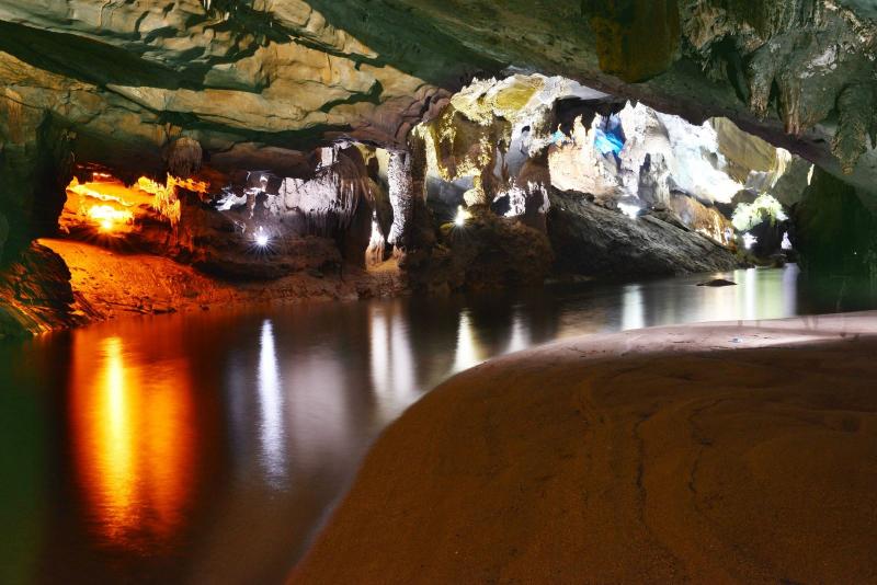 Động Phong Nha có sông ngầm và bãi cát tuyệt đẹp