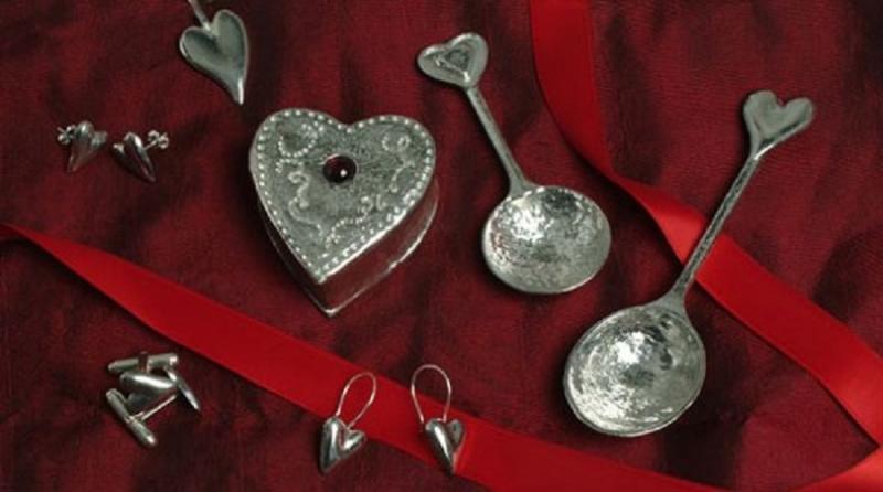 Các cặp đôi thường trao nhau những bộ thìa bạc được chạm khắc biểu tượng chìa khóa - ổ khóa