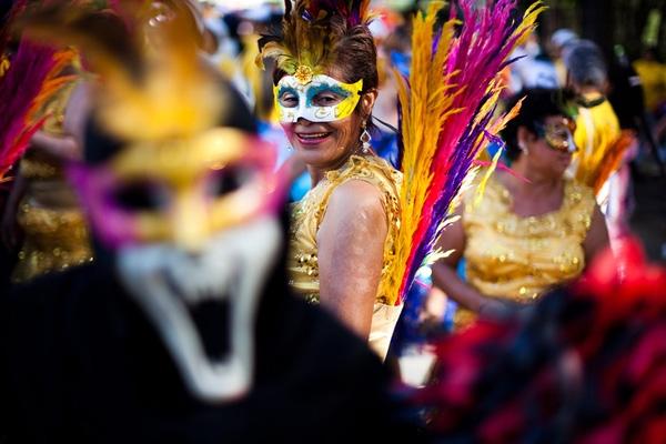Những mặt nạ gắn lông vũ và trang phục cầu kì ấn tượng