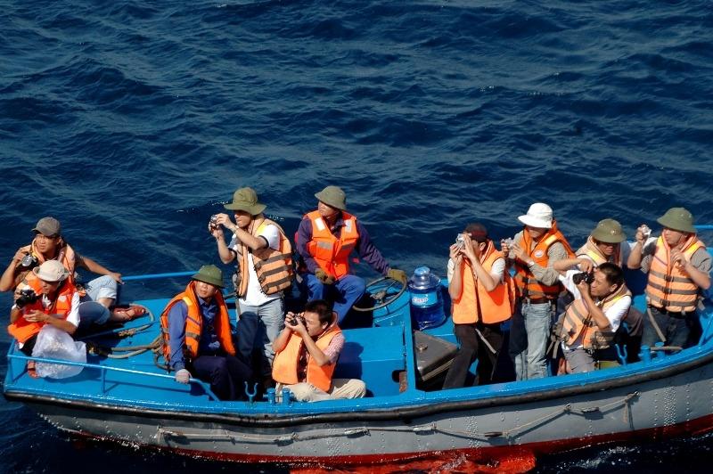 Nhà báo tác nghiệp ở nơi biển cả