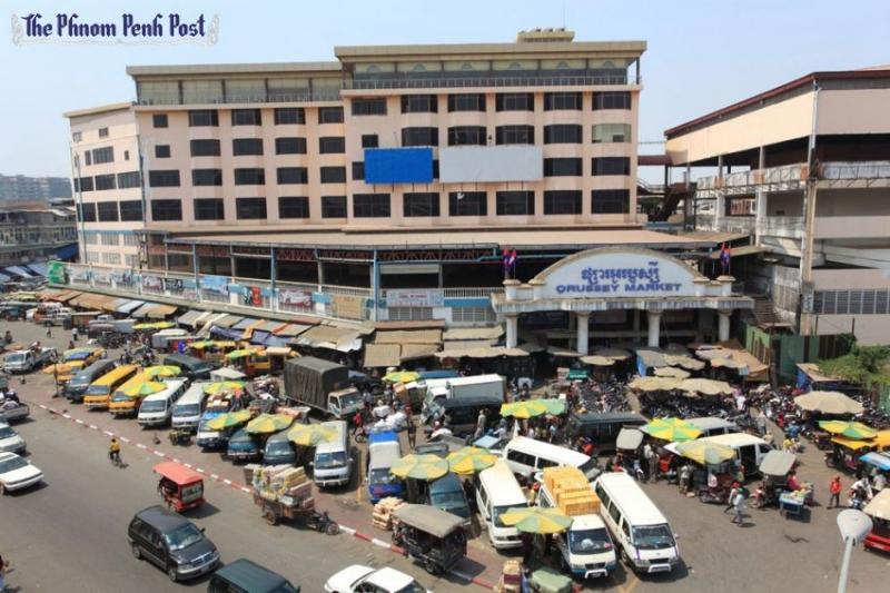 Toàn cảnh của khu chợ với nhiều xe cô và khách đến mua sắm