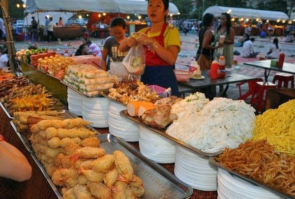 Quầy bán thức ăn hấp dẫn ở khu chợ