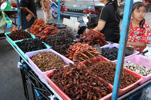 Xe đẩy đặc sản là những món ăn côn trùng ở chợ