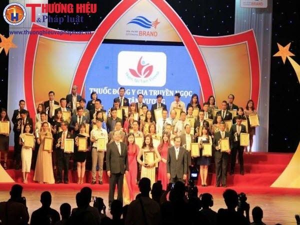 Đại diện thương hiệu thuốc phụ khoa Ngọc Nữ Tâm Vương nhận giải thưởng