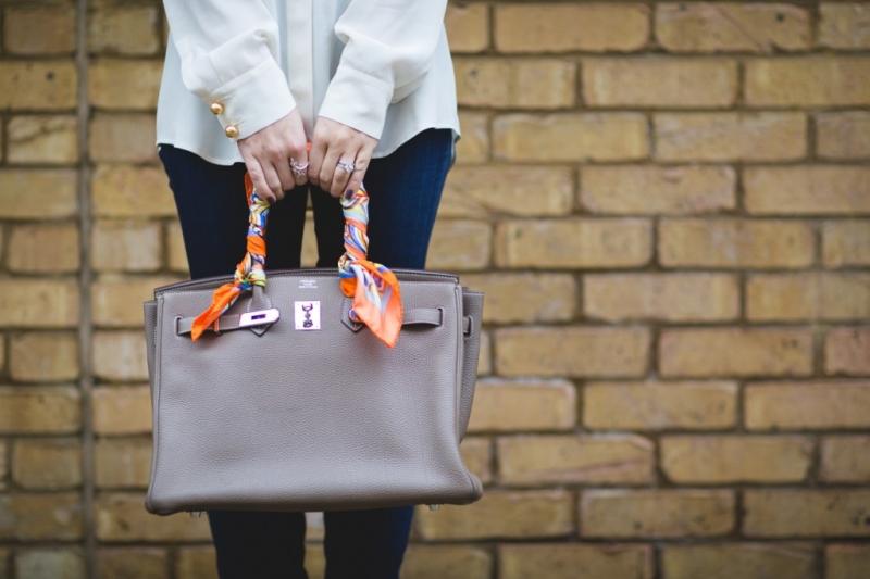 Bạn có thể thắt khăn quàng của bạn ngay trên dây đeo hoặc quai túi để tạo vẻ ngoài thời thượng cho phong cách của bạn.