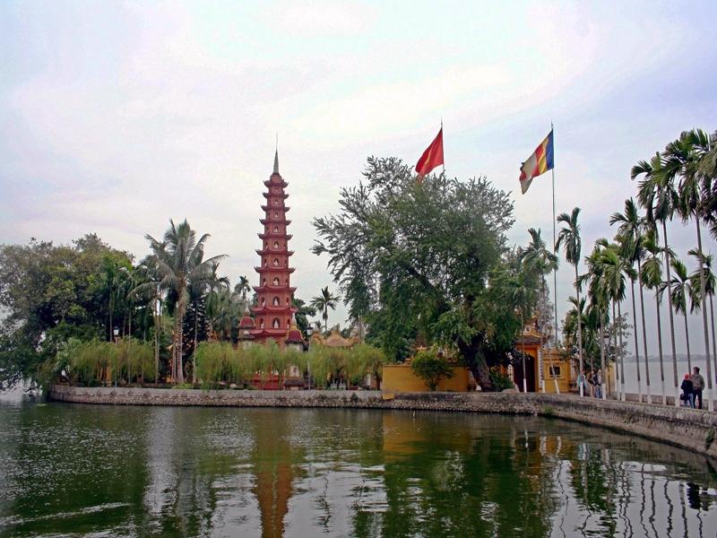 Vào dịp đầu năm, người dân Hà Nội đi lễ Phủ Tây Hồ rất đông