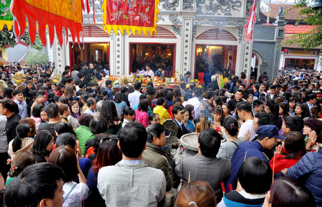 Nhân dân đi lễ Phủ Tây Hồ mỗi dịp đầu năm