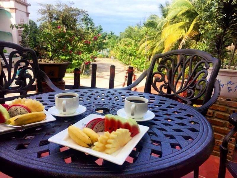 Thưởng thức trái cây tươi trong khu vườn xanh mát cạnh bờ biển cũng là một lựa chọn không tồi cho kỳ nghỉ của bạn