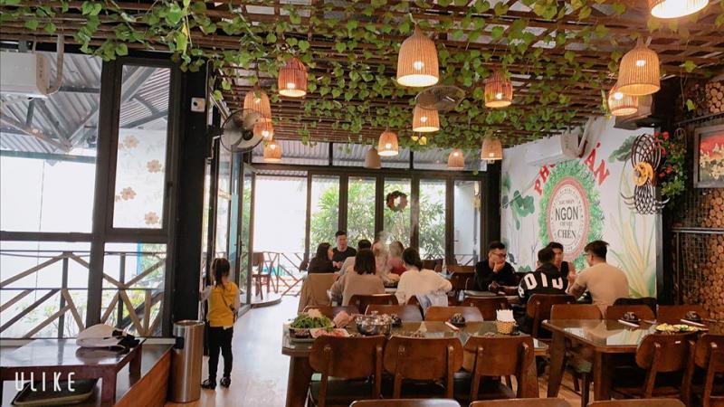 Không gian quán rộng rãi, thoáng mát, rất thích hợp cho hội họp gia đình, họp lớp, liên hoan, họp mặt gia đình