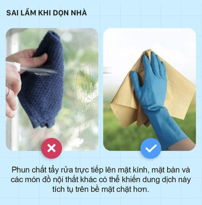 Việc bạn phun chất tẩy rửa trực tiếp lên mặt kính, mặt bàn và các món đồ nội thất khác có thể khiến dung dịch này tích tụ trên bề mặt chặt hơn