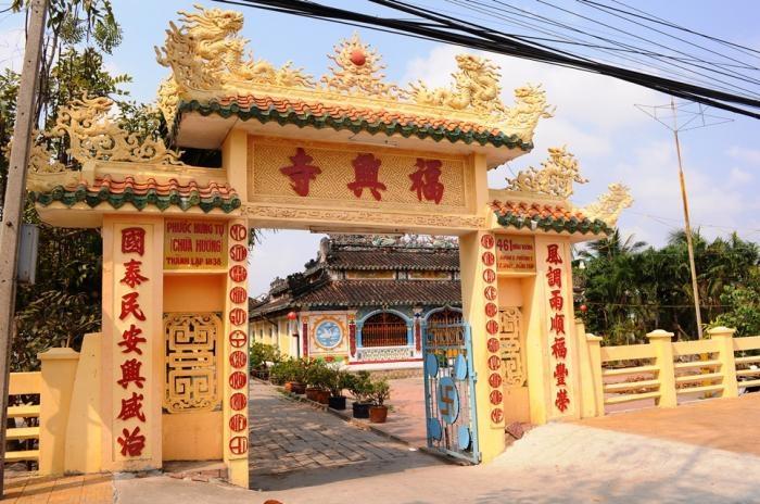 Cổng vào chùa bên cổng còn có dòng chữ Chùa Hương phía dưới chữ Phước Hưng Cổ Tự
