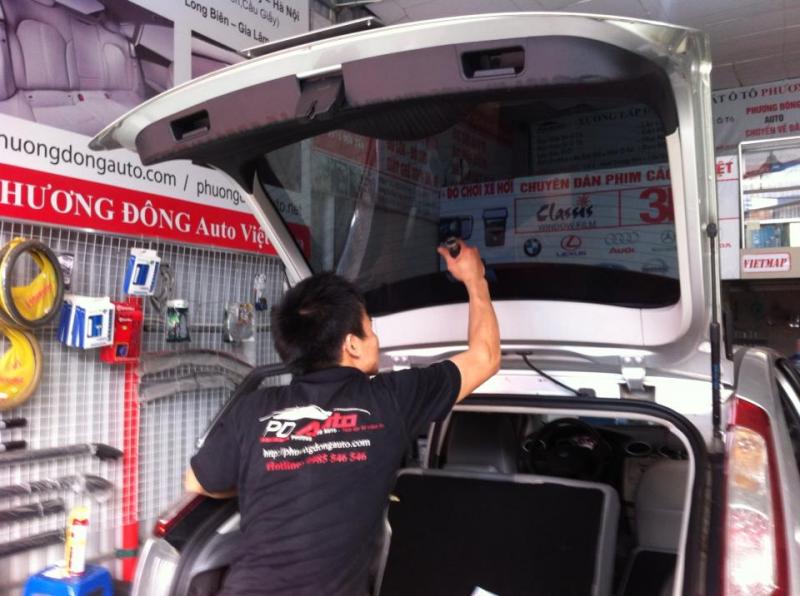 Nhân viên của Phương Đông Auto đang dán phim kính hậu