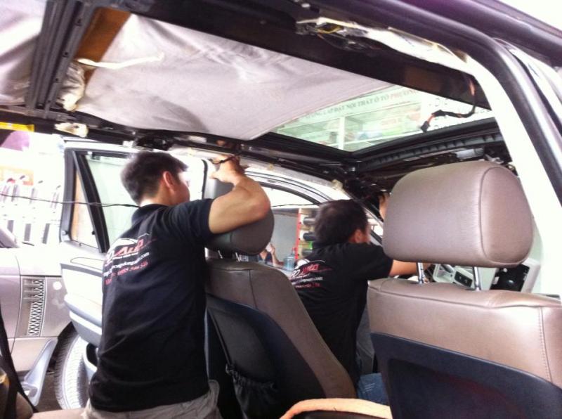 Nhân viên của Phương Đông Auto đang bóc và dán lại trần của BMW X5