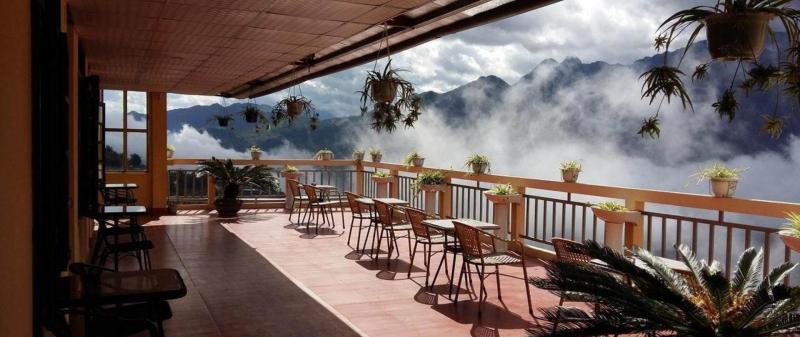 Du khách có thể ngắm nhìn quang cảnh núi non từ ban công và dùng bữa tại nhà hàng ngay trong khuôn viên.