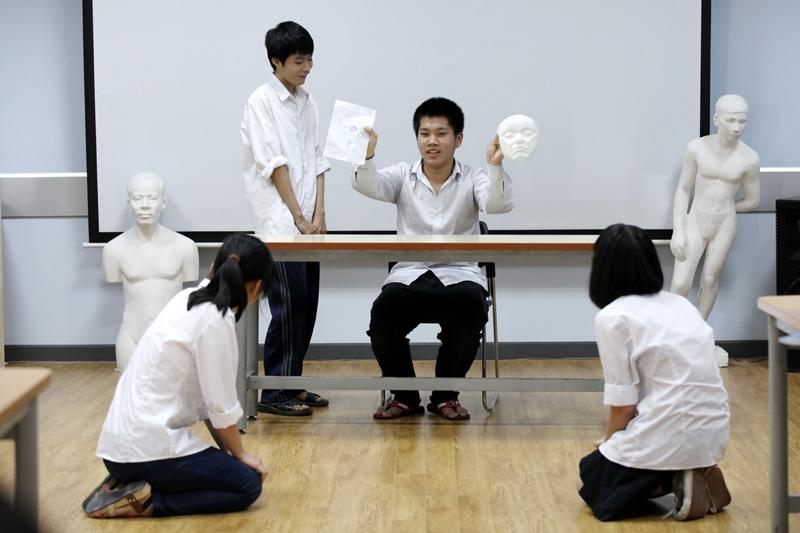 Các em học sinh đóng vai trong một giờ học