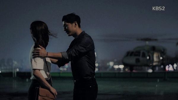 Trực thăng chuyên chở đại úy Yoo Shi Jin (Song Joong Ki) đi làm nhiệm vụ trong Descendants of the Sun