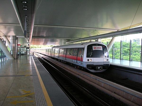 Theo kinh nghiệm của nhiều người thì sử dụng tàu điện ngầm (MRT) là tốt nhất