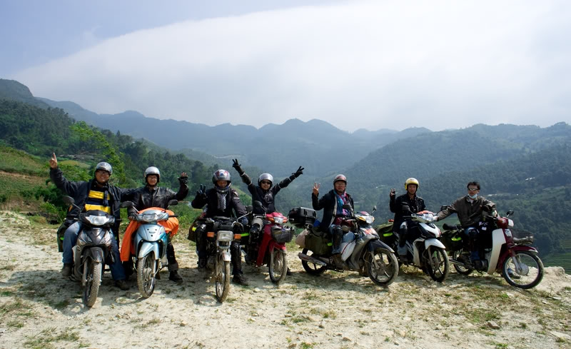 Các phượt thủ tham quan Hạ Long bằng xe máy